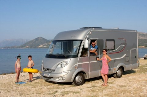 camping car integral avec lit pavillon