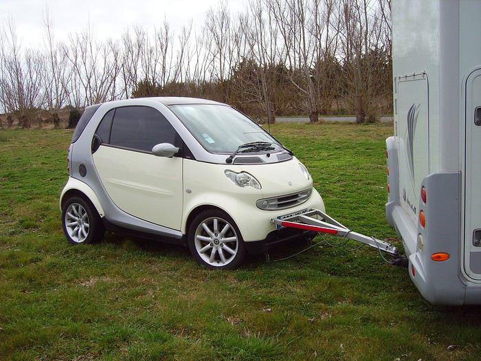 camping car qui tracte une voiture